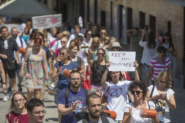 Protestujúci učitelia v centre Bratislavy.