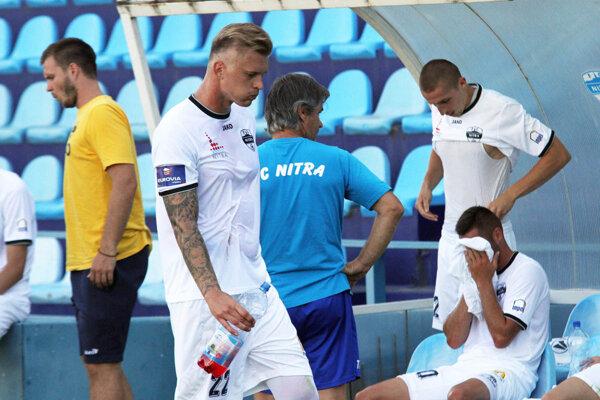 Na snímke stojí vpravo striedajúci Marián Kolmokov, autor jediného gólu stretnutia.