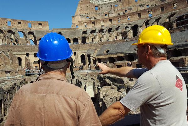 Pracovníci kontrolujú priebeh rekonštrukčných prác na Koloseu.