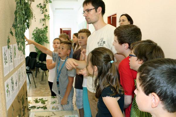 Múzejný pedagóg Ján Vingárik približuje deťom liečivé rastliny.