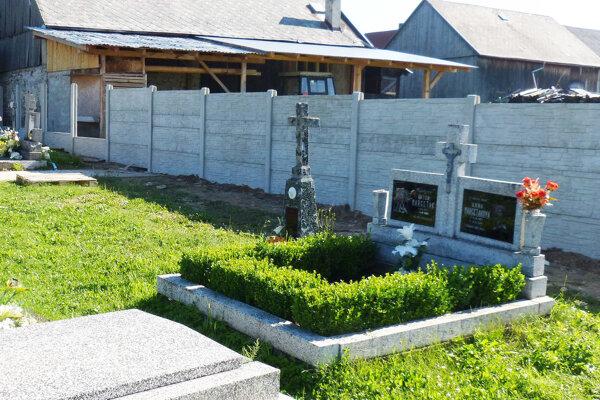 Nový plot na cintoríne.