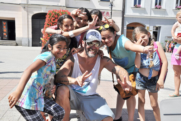 Jaro Bekr s deťmi.