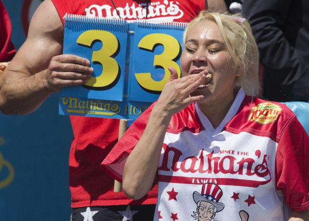 Miki Sudová počas tradičnej súťaže v jedení hotdogov 4. júla  v New Yorku zvíťazila v ženskej kategórii. Za 10 minút zjedla 38 a pol hotdogu.