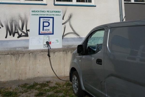 Nabíjačka pre elektormobily je k dispozícii na Mojmírovej ulici.