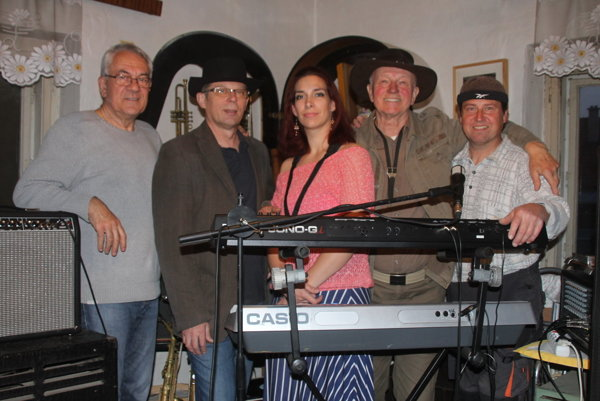 Jindroband Blue Notes – zľava Milan Blaškovič, Emil Pinter, Zuzana Rojková, Jindřich Vídenský aStanislav Kertész.