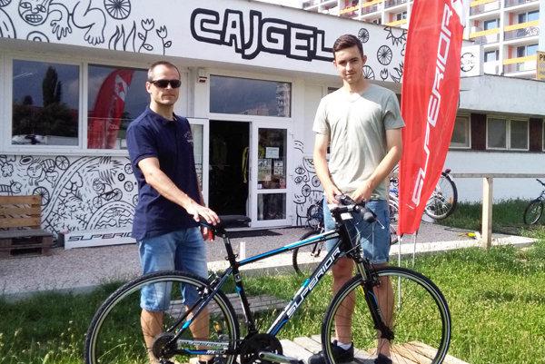 Vladimír Minárik (vľavo) z cykloobchodu Cajgel blahoželal Marekovi Fábrymu k novému bicyklu v hodnote 300 eur.