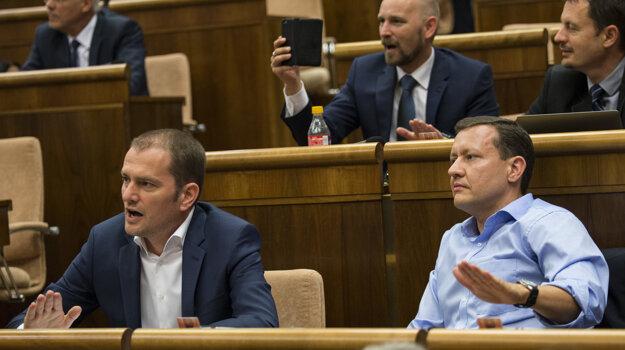 Nespokojní poslanci opozície.