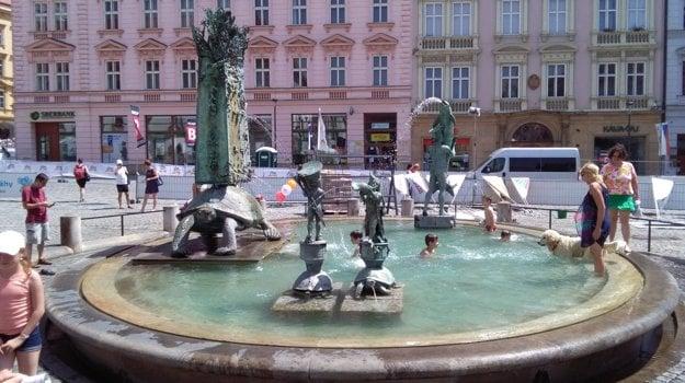 Moderná Ariónova fontána na Hornom námestí ponúka dežom v horúcom lete osvieženie a zábavu.