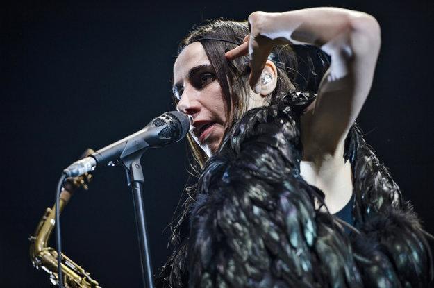PJ Harvey na dvoch koncertoch v poslednej dobe vystúpila s čelenkou a v čiernej róbe.