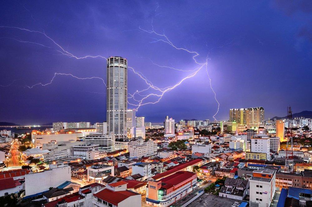 3. miesto kategória Mestá.Úder blesku. Blesk akoby zasiahol Komtar Tower v George Towne, hlavnom meste štátu Penang v Malajzii.