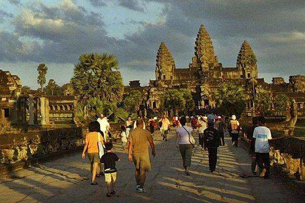 Turisti kráčajú do chrámu Angkor Wat.
