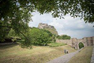 Areál hradu Devín počas čistenia, ktoré organizuje hlavné mesto SR Bratislava v spolupráci s Nadáciou Pontis.