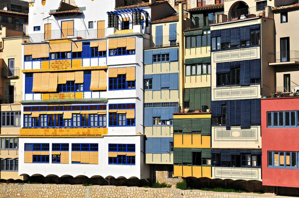 Malebné domy pri rieke Onyar v Girone.