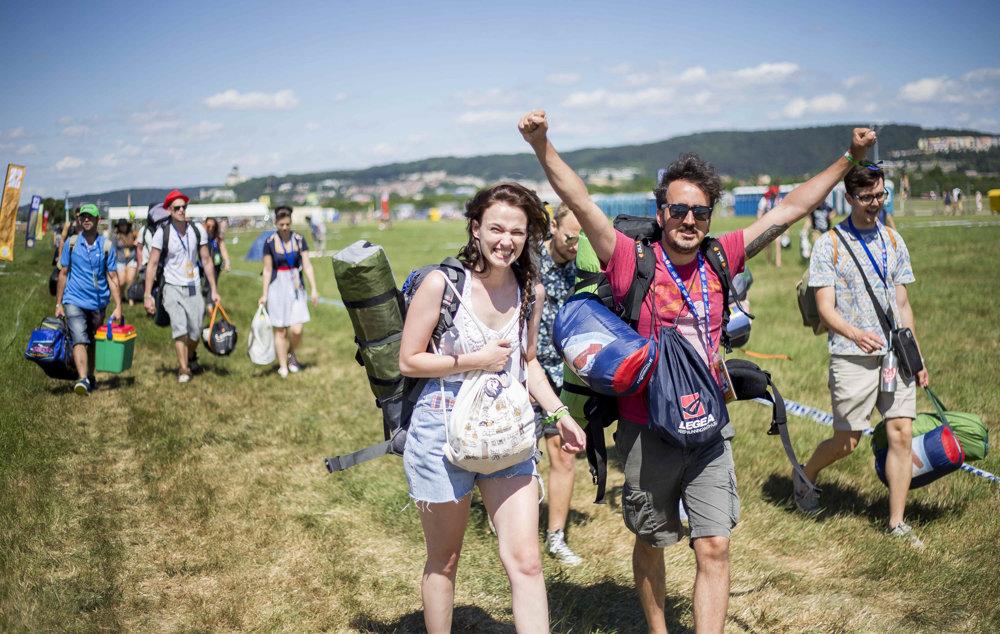 Príchod účastníkov na festival.