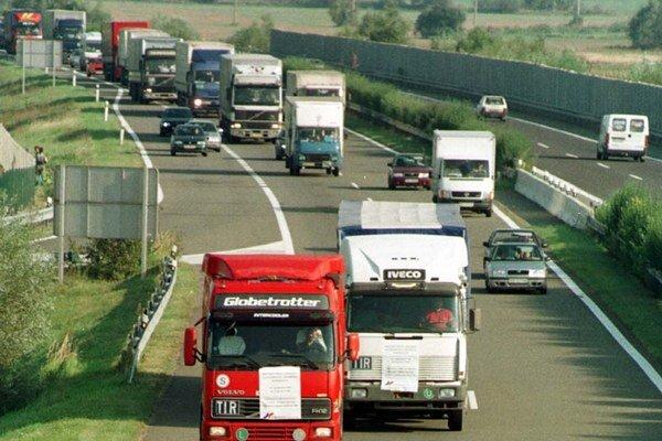 Colné úrady by mali dôslednejšie kontrolovať zahraničných dopravcov, ktorí pôsobia na Slovensku.