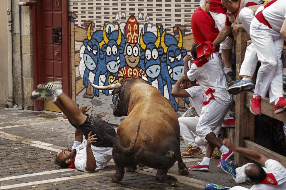 Únik pred býkmi hľadajú aj na bariérach naokolo. Pád znamená riziko ušliapania.