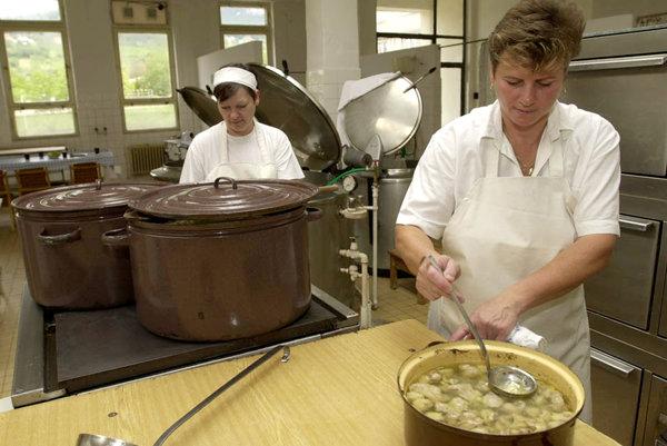 Školské kuchyne si prenajímajú firmy, v iných varia kuchárky platené školou.