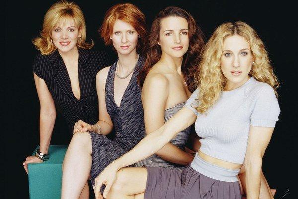 Kim Cattrallová ako Samantha Jonesová, Cynthia Nixonová ako Miranda Hobbesová, Kristin Davisová ako Charlotte Yorková a Sarah Jessica Parkerová ako Carrie Bradshawová.