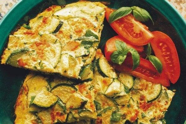 Obrátená španielska tortilla so zeleninou.