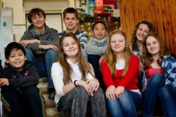 Zľava horný rad: Alan (12), Matúš (12), Tóno (11), Lucia (12).Zľava dolný rad: Dano (11), Natálka (11), Terezka (11), Dara (13).