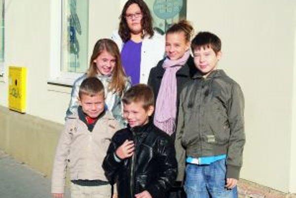 Zľava hore: Linda (11), Halina (11), Andrea (12), Samko (9)Zľava dole: Adamko (6), Maťko (7)