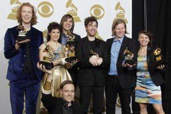 Kanadská rocková skupina Arcade Fire odstavila všetkých známych hudobníkov a na Grammy vyhrala hlavnú cenu.