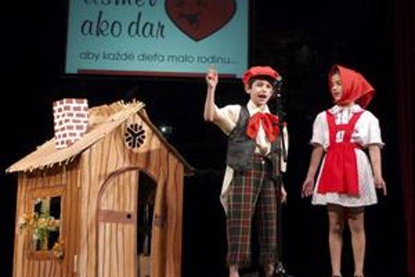 Spoločnosť priateľov deti z detských domovov Úsmev ako dar organizuje každoročne benefičný vianočný koncert, na ktoromsa stretávajú deti z detských domovov.