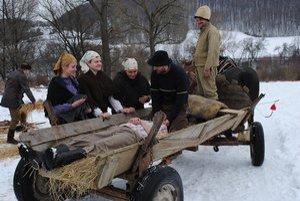 Zranený partizán. Odviezli ho na salaš.