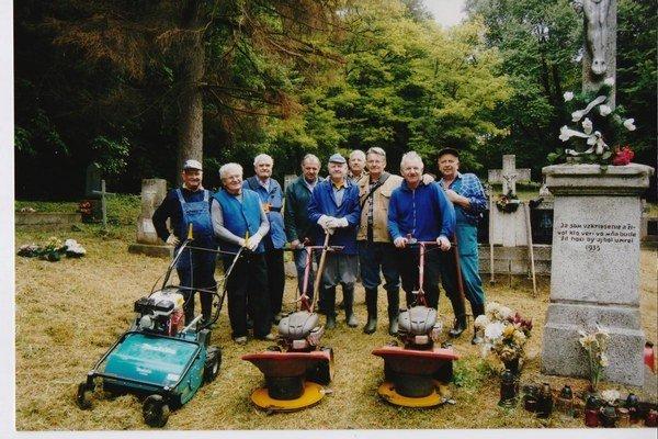 Tohtoročná brigáda. Cintorín v júni vykosili dobrovoľníci - vysídlenci.