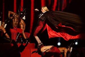Speváčka Madonna počas vystúpenia tesne pred pádom