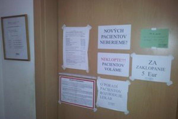 Oznam v súčasnosti už na dverách ordinácie nevisí.