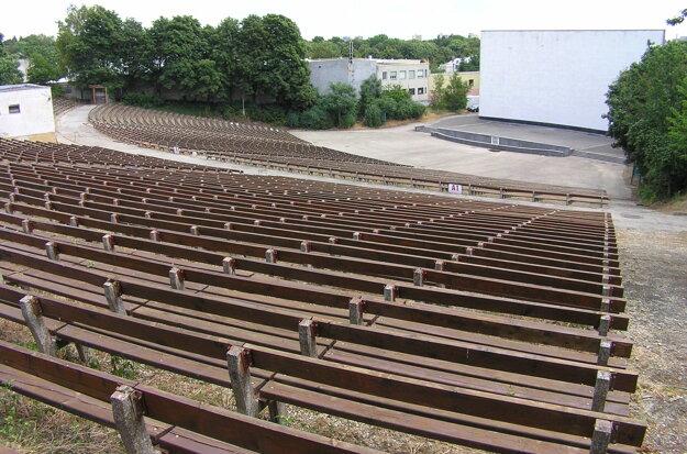 Amfiteáter dalo mesto pred desiatimi rokmi zrekonštruovať. Vymenené boli všetky lavičky, opravené boli aj sociálne zariadenia.