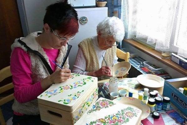 Na fotografii Eva spolu so starkou Helenkou, ktorá ju k maľovaniu priučila.