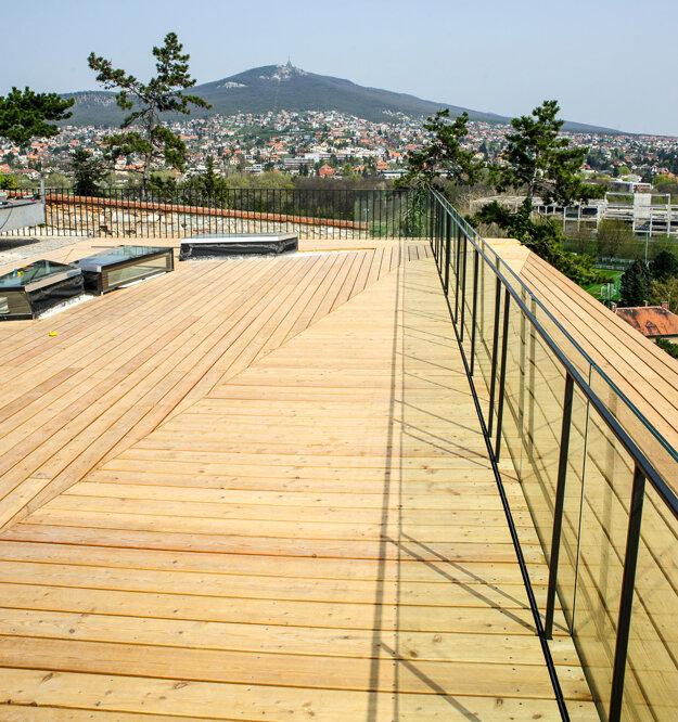Na streche objektu pre turistov je terasa s vyhliadkou.
