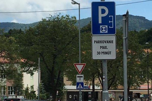 V centre Handlovej si vodiči musia všímať nové značky.