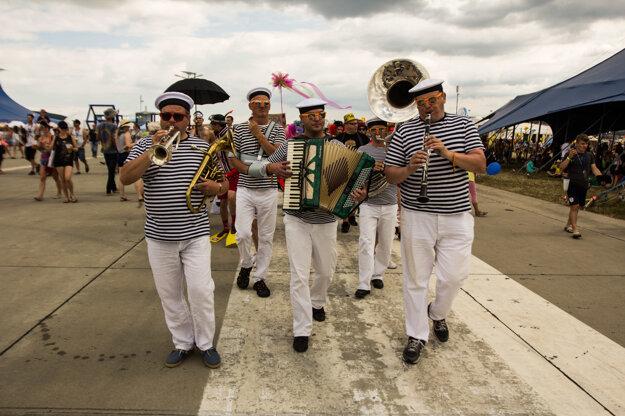 Promenáda prechádza areálom festivalu.