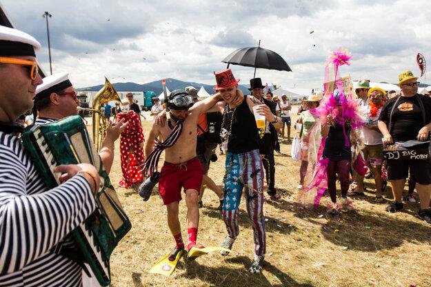 Zábava počas promenády k 20. výročiu festivalu Pohoda.
