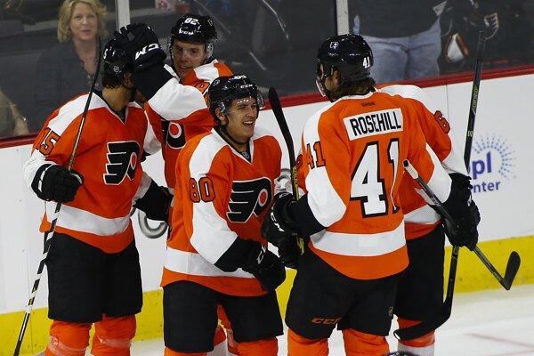 Rus Medvedev (druhý zľava) sa rozhodol pre návrat do KHL.
