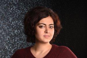 Spisovateľka a novinárka Rasha Abbas sa narodila v sýrskej Latakii roku 1984. Vyštudovala žurnalistiku v Damašku. Roku 2014 pricestovala do Nemecka, kde získala štipendium Jeana-Jacquesa Rousseaua. Žije v Berlíne. Vydala zbierku poviedok a prispela do antológie Hlasy Sýrie. V nemčine vyšla jej kniha poviedok Vynález nemeckej gramatiky.