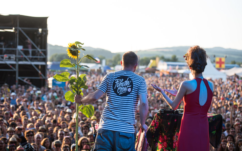K záveru vybehol na pódium Michal Kaščák, Yael priniesol symbol Pohody - slnečnicu.