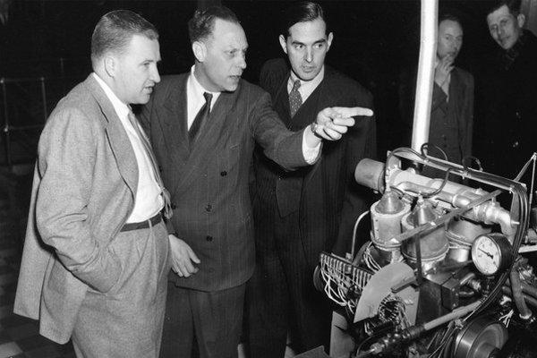 Henry Ford, Fordov vnuk, na návšteve v laboratóriách Phillips v roku 1948
