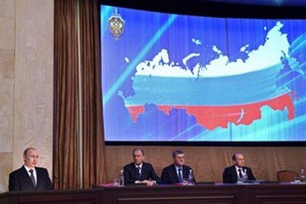 Väčšina divákov zatlieskala a zúčastnila sa na slávnostnej recepcii, aby tam v srdečnej atmosfére podiskutovala s moskovskou delegáciou.
