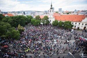 Niekoľko tisíc ľudí, ktorí prišli protestovať proti utečeneckým kvótam, sa zišli na bratislavskom Námestí SNP.