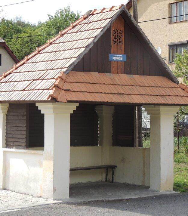 Nová zastávka s tradičným dreveným ozdobným prvkom.