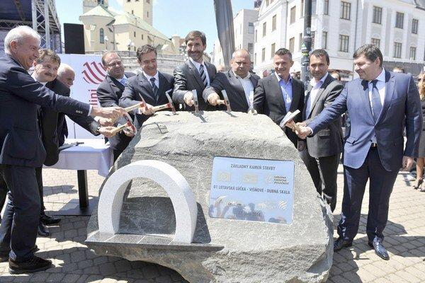 V Žiline v utorok poklopkaním základného kameňa odštartovali výstavbu dvoch diaľničných úsekov.