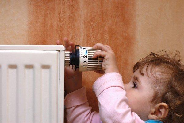 Optimálne má byť obývacia izba vykúrená na 21 ° Celzia, v iných miestnostiach vraj stačí 18° Celzia.