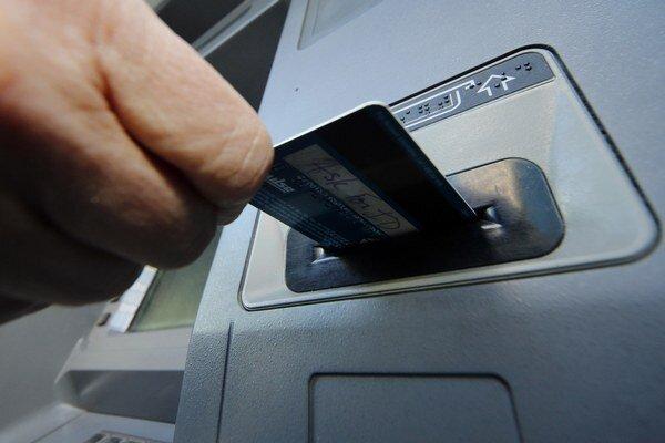 Viete, koľko banke platíte?