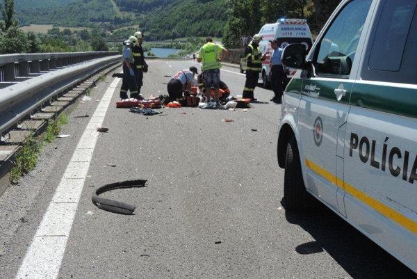 Dvoch ľudí vymrštilo z okna na priamo na cestu. V prípade muža už nepomohli ani pokusy o oživovanie.