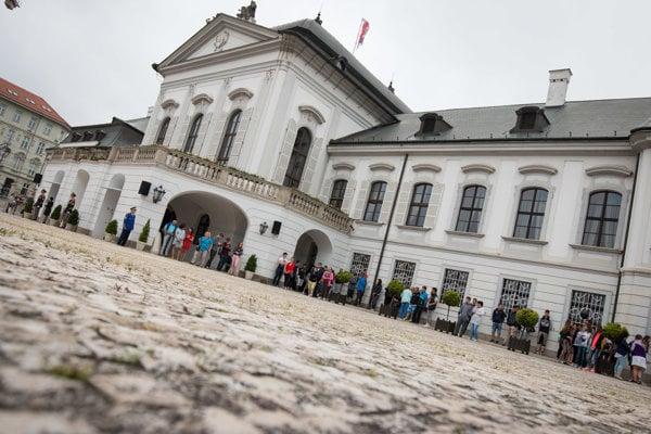 V noci 28. mája vnikol do Prezidentského paláca 35-ročný Čech.