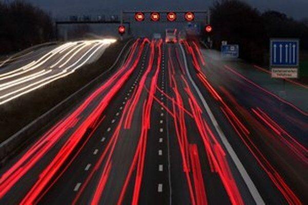 Kamióny potrebujú diaľničnú sieť, často sa jej však vyhýbajú.